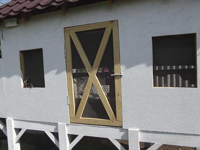 Летняя дверь в курятник